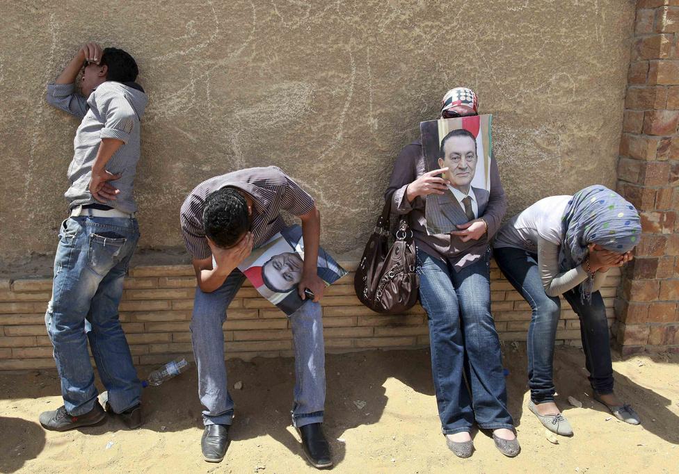 Hoszni Mubarak támogatói egy kairói utcán, miután az elnököt életfogytiglani börtönre ítélte az egyiptomi bíróság június 2-án, az arab tavasz felkelőivel szembeni kegyetlen fellépéséért.