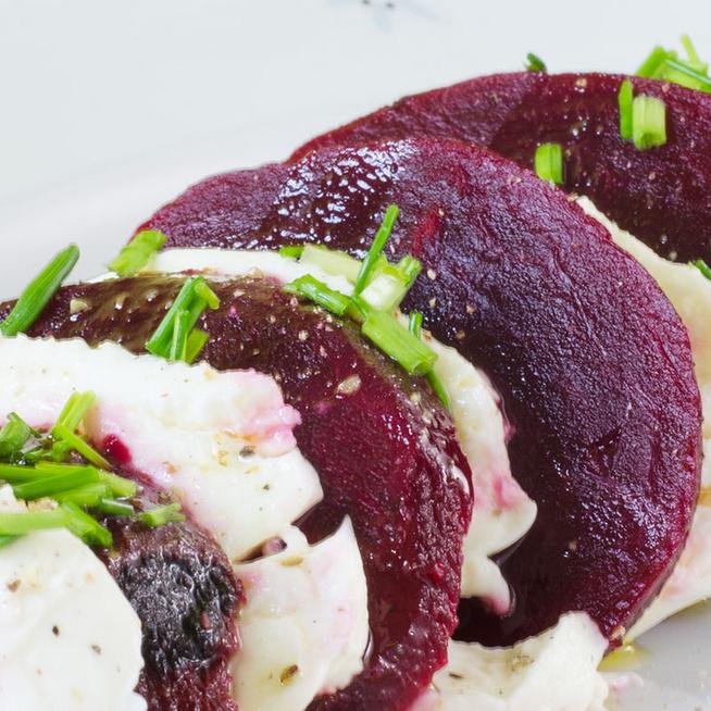 Céklás caprese saláta: a krémesre sült zöldségre pesto is kerülhet