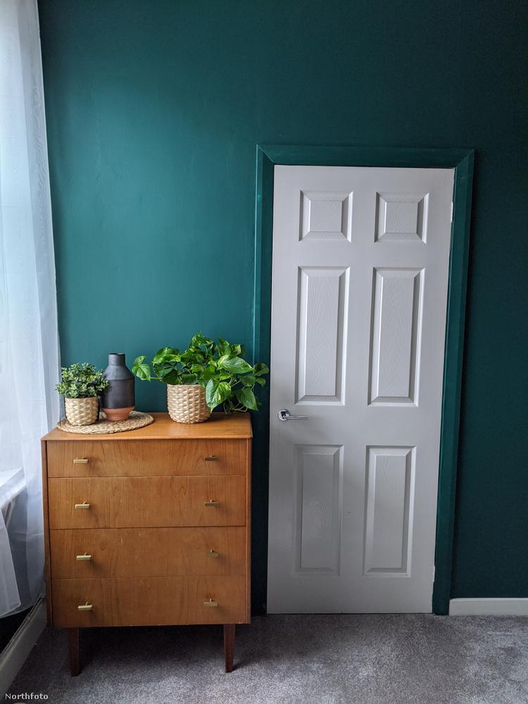 Ez a fehér ajtó is kicsit kirítt a környezetéből.