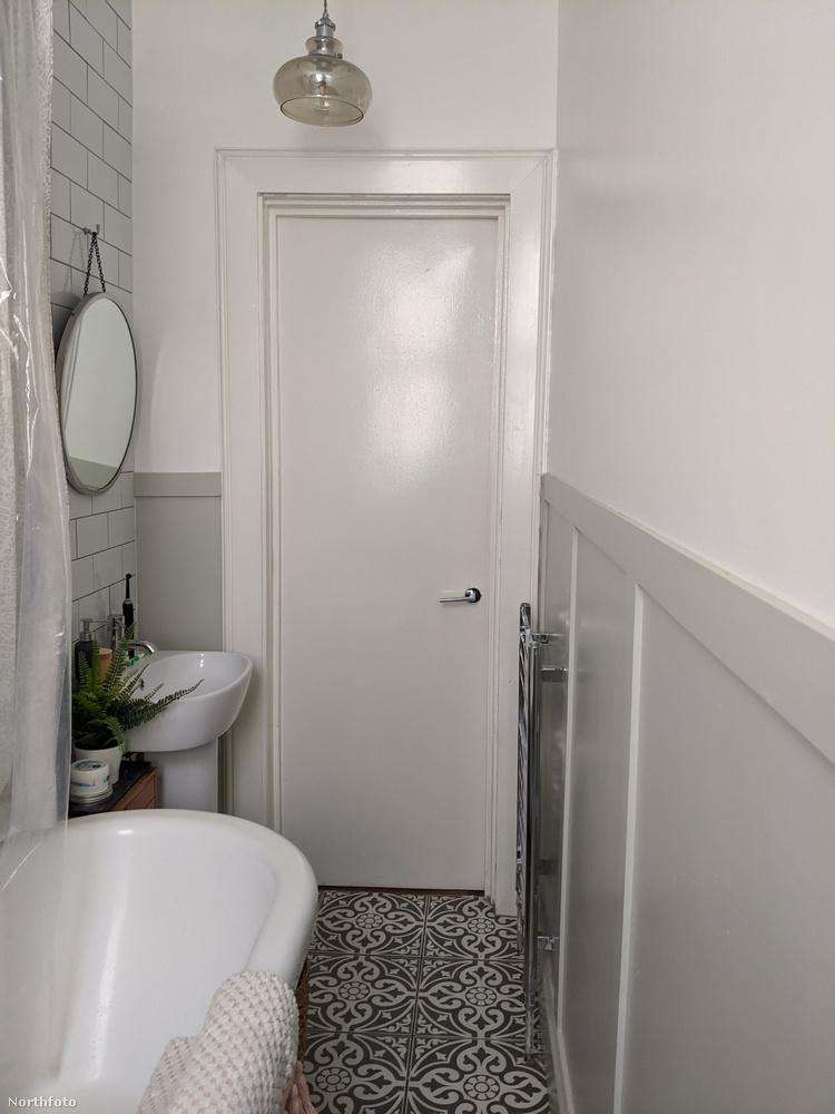 Végül kukkantsanak be a fürdőszobába, amely ilyen volt,