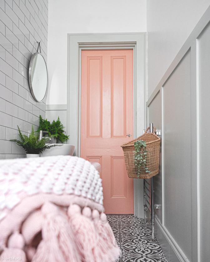 És ilyen lett: gyakorlatilag itt az ajtókeret és az ajtó kapott új színt, és bejött a képbe egy kosár, meg néhány műnövény.