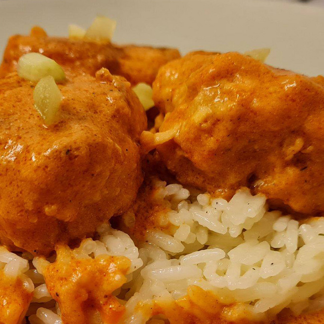 Vajas csirke újragondolva: a krémes szaftba fűszeres húsgombócok kerülnek