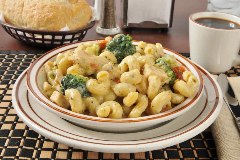 20 perces csirkés, zöldséges tészta tejszínes, sajtos szósszal: maradék csirkéből is tökéletes