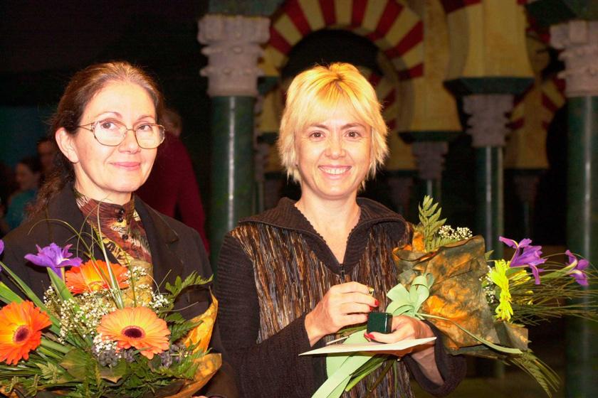 Börcsök Enikő és Gábor Júlia, a Ruttkai Éva-emlékgyűrű alapítója, a néhai színésznő lánya a Vígszínházban 2000. december 30-án, miután átvette a Ruttkai Éva-emlékgyűrűt.