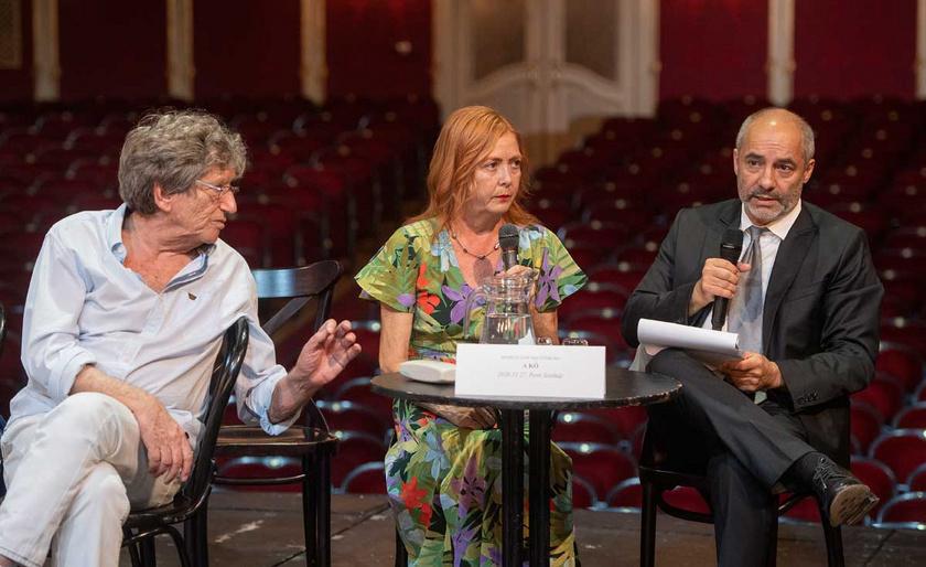 Börcsök Enikő, Kern András és Rudolf Péter, a Vígszínház igazgatója a teátrum 125. évadának évadhirdető sajtótájékoztatóján 2020. július 1-jén.