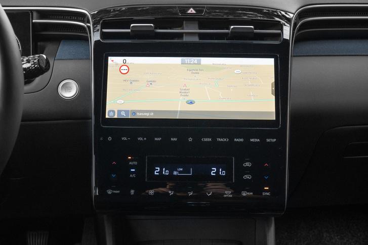 Remek a navigációs kijelző minősége és használható is. Kérésre erdei, tengerparti, vagy épp kávézó hangmintáját játsza le