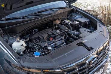 A motor ott van, mint más fronthajtásos, keresztmotoros autókban, de még nagyon sok Tucson van elötte