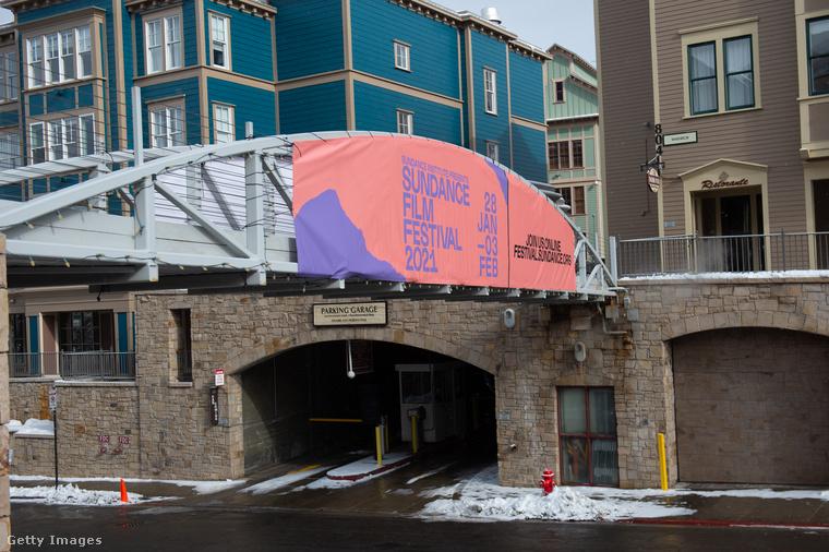A Sundance filmfesztivált, amint az erre nem járókat rengeteg transzparens tájékoztatja, idén online rendezik meg.