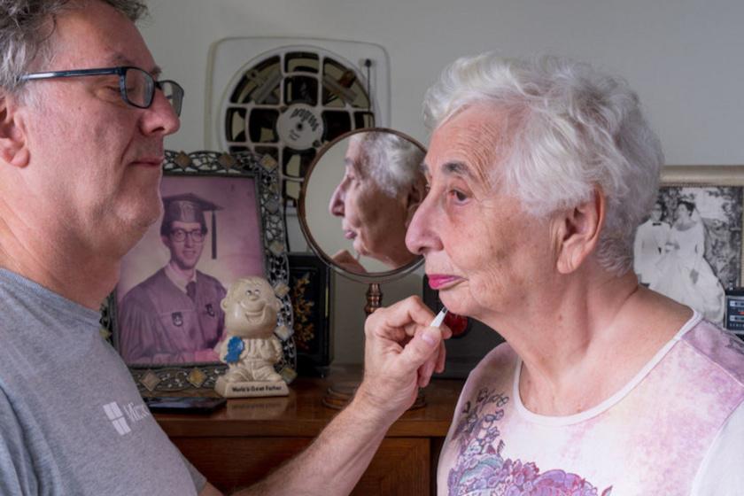 A férfi elárulta, amikor már úgy érezték, nagyon szörnyen néznek ki otthon, segítettek feldobni egymás külsejét. Neil Kramer itt éppen édesanyját sminkeli.