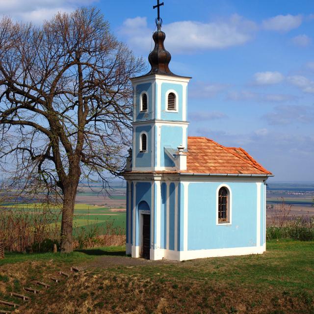 Bűbájos kis kék kápolna áll a dombtetőn: Szálka nevezetességétől akár a Dunáig is ellátni