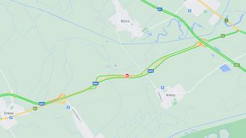 Több autó ütközött Ikrénynél, lezárták az M85-ös utat