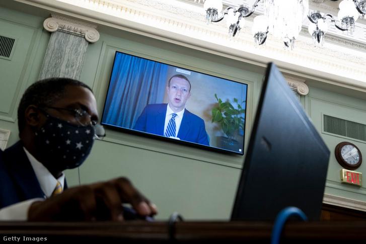 Mark Zuckerberg a közösségi médiában megjelenő tartalmakkal kapcsolatos felelősségről szóló szenátusi meghallgatáson 2020 októberében