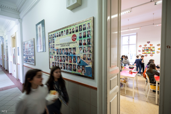 Diákok a VII. kerületi Nikola Tesla Szerb Tanítási Nyelvű Óvoda, Általános Iskola, Gimnázium és Kollégium épületében 2020. február 28-án