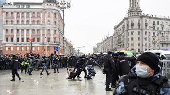 Az orosz tüntetések miatt kapott bírságot a TikTok, a Facebook és a Twitter