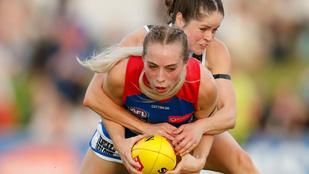 Rúgások, szerelések, testi kontaktus: látványos fotók a női ausztrál futballról