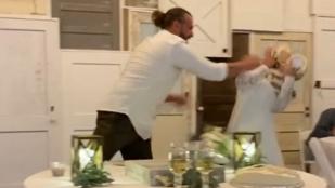 Hozzávágta a lakodalmi tortát menyasszonyához, a TikTokon lett belőle botrány