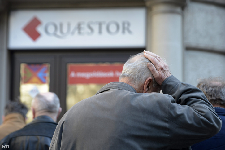 Ügyfelek egy Quaestor-iroda előtt 2015. március 10-én