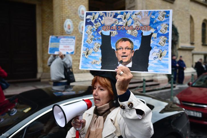 Tüntető a bíróság előtt Tarsoly Csaba tárgyalásának idején, 2016. október 13-án