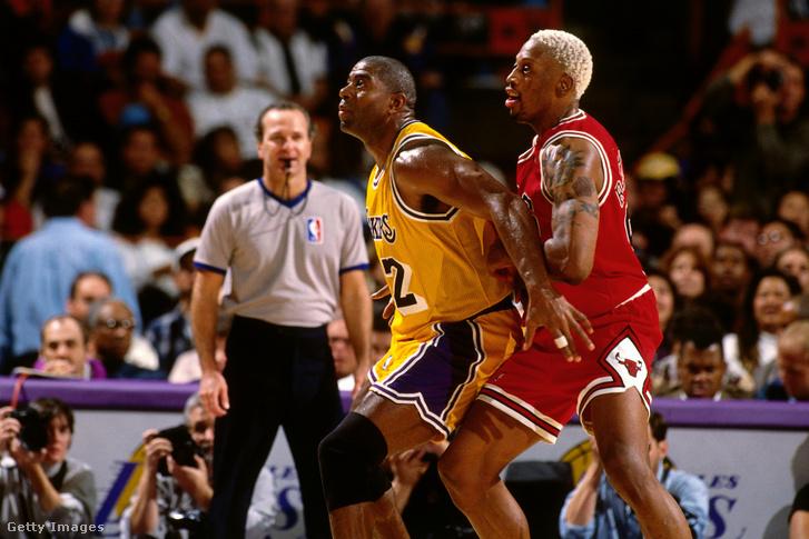 Dennis Rodman (jobbra) nem bánt kesztyűs kézzel Magic Johnsonnal