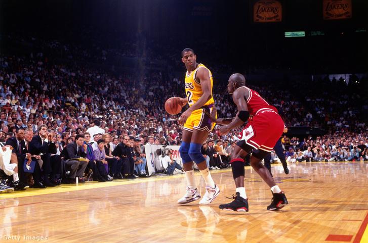 Michael Jordan fogja Magic Johnsont az 1991-es NBA-döntő 5. meccsén