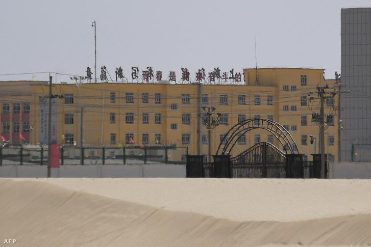 Az épületegyüttes vélhetően a muszlimok és ujgurok számára létrehozott átnevelőtábor Hotan városában, Kínában, 2019. május 31-én. Becslések szerint közel egymillió muszlim és ujgur embert tartanak ehhez hasonló internálótáborokban Hszincsiang tartományban