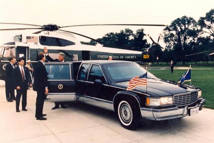 Amikor az elnök az autóval utazik, jobb oldalon az Amerikai Egyesült Államok zászlaja, bal oldalon                         pedig a President's Standard lobog
