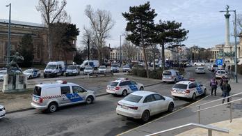 Hatalmas rendőri készültség a Hősök terén, tüntettek a tömeges üzletnyitásért