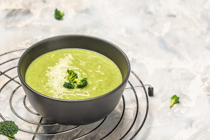 Sűrű sajtos, brokkolis krémleves: a tejszíntől lesz igazán lágy és krémes