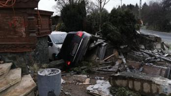 Autó repült egy ház udvarába Kosdon