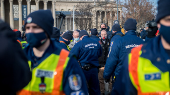 Hat emberrel szemben intézkedtek a Hősök terén a rendőrök, mert nem hordtak maszkot