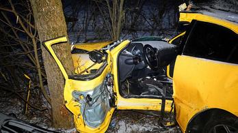 Feszítővágóval szabadították ki autója roncsai közül a vezetőt