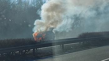 Lángolt egy autó az M3-as autópályán