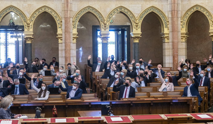 Képviselők szavaznak a napirendről az Országgyűlés rendkívüli ülésén 2021. február 1-jén. Határozatképtelen volt az Országgyűlés ellenzék által kezdeményezett rendkívüli ülése