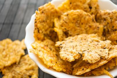 Villámgyors, ropogós sajtchips házilag – Sütőben készül a finomság