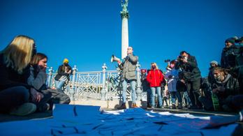 Nem adják fel, újra tüntettek az újranyitásért a Hősök terén