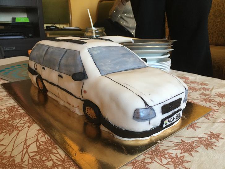A torta lényegesen bizalomgerjesztőbb, mint az autó