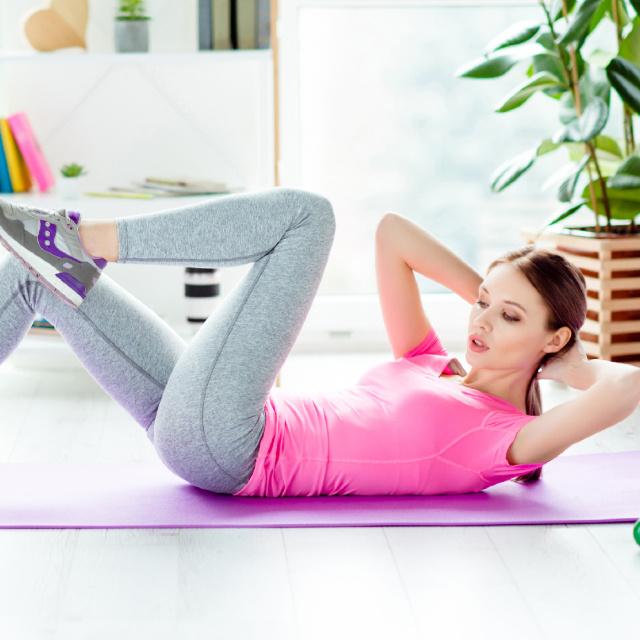 Az egyik leghatékonyabb zsírégető edzés otthonra: 8 cross-training gyakorlat, amit nem fogsz megunni