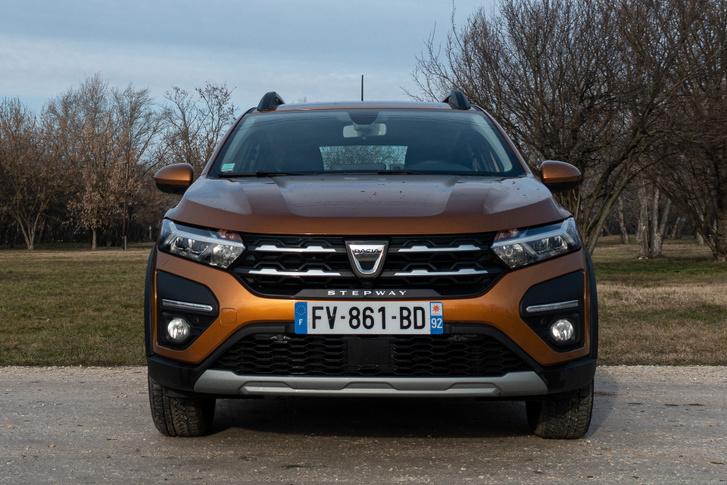 Hangsúlyos, lapos orr, ledes tompított fényszóróval és nappali menetfénnyel. Pofás az új Dacia