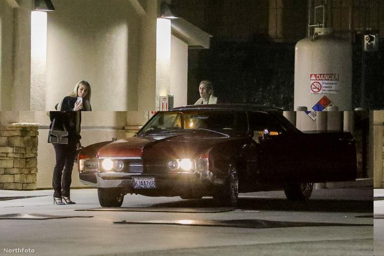 Az autójukhoz Carter érkezett meg előbb, barátnője néhány lépéssel lemaradt, valami nagyon érdekeset láthatott a telefonján, amit barátjával is meg akart osztani
