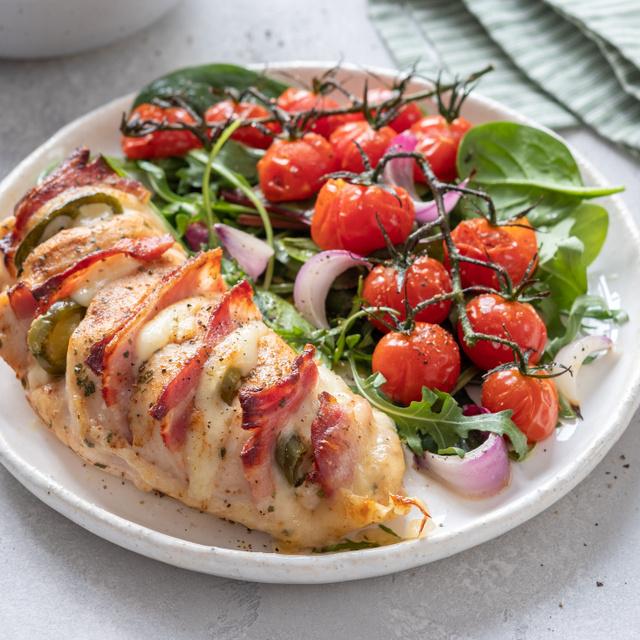 Sajtos-baconös Hasselback csirkemell: már a látványától megéhezel
