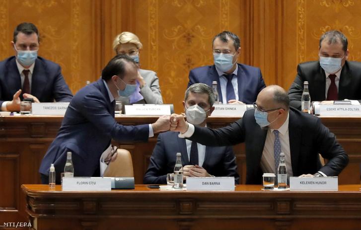 Florin Citu kijelölt román miniszterelnök (első sor b) és Kelemen Hunor a Romániai Magyar Demokrata Szövetség (RMDSZ) elnöke miniszterelnökhelyettes-jelölt (első sor j) a parlament bukaresti üléstermében 2020. december 23-án