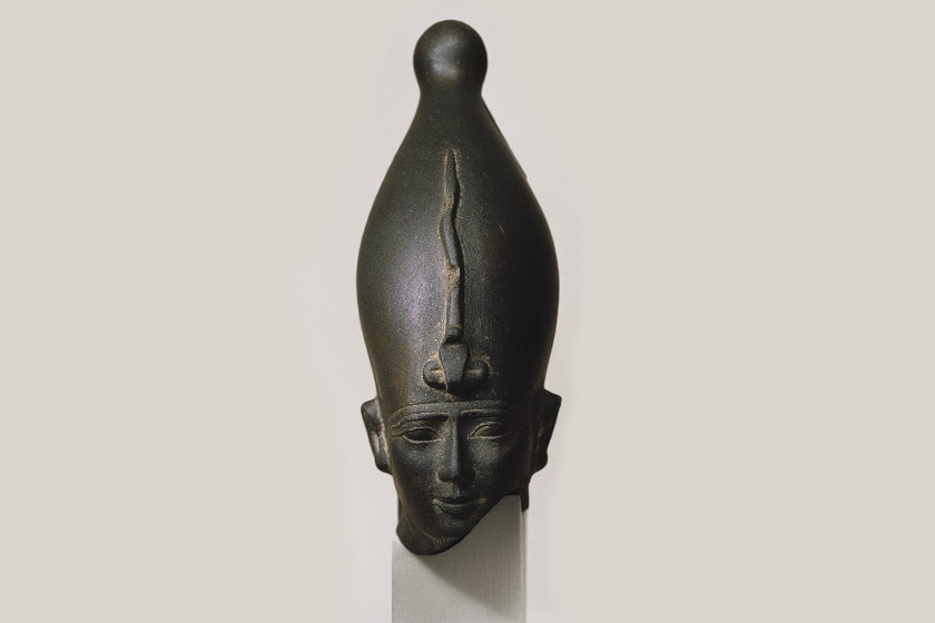 I. e. 6. századi szobor Ozirisz isten fejéről.