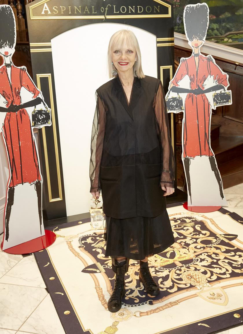 Jan de Villeneuve szereti a vagány, mégis nőies fekete szetteket, melyekhez általában hangsúlyos ékszert, különleges cipőt és élénk rúzst választ.
