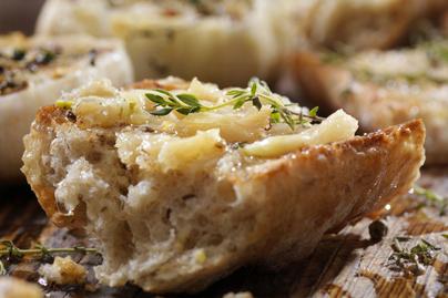 Ropogós, fokhagymás vajjal sült kenyér: másnapos pékáruból is elkészítheted