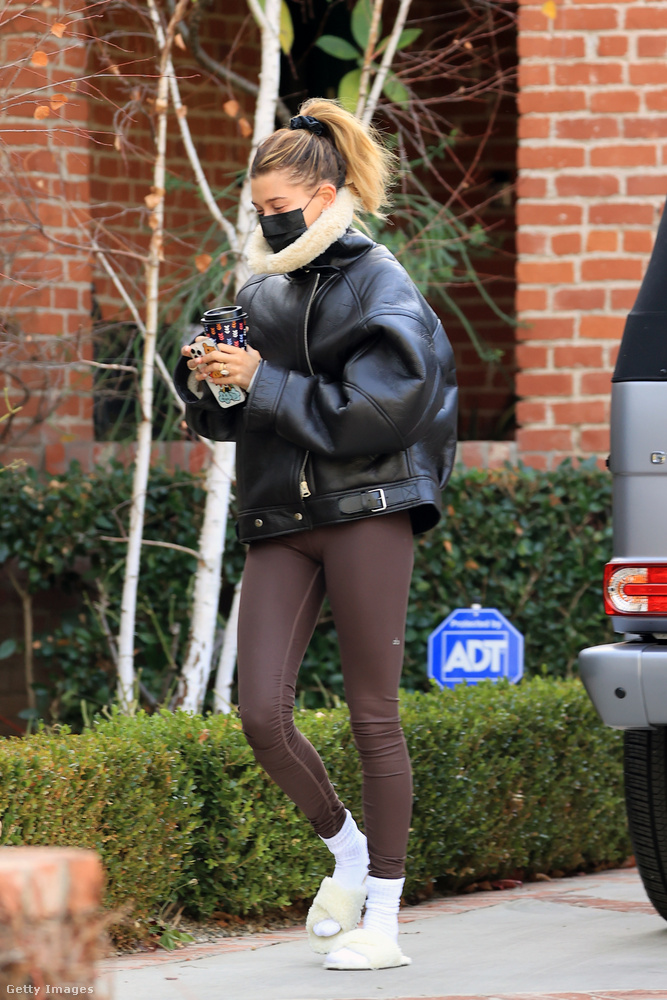 Kolléga-barátnője, Hailey Bieber gyakorlatilag folyamatosan ilyen holmikban jár-kel, amikor nem üzleti megbeszélésre tart: itt rajta is megfigyelhetik a vastagzoknis trendet.(Szőrös papuccsal.)