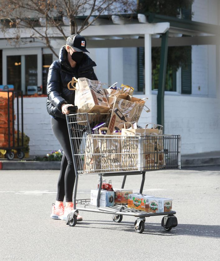 Mostanában Charlize Theront is látni így, itt éppen bevásárlás közben.