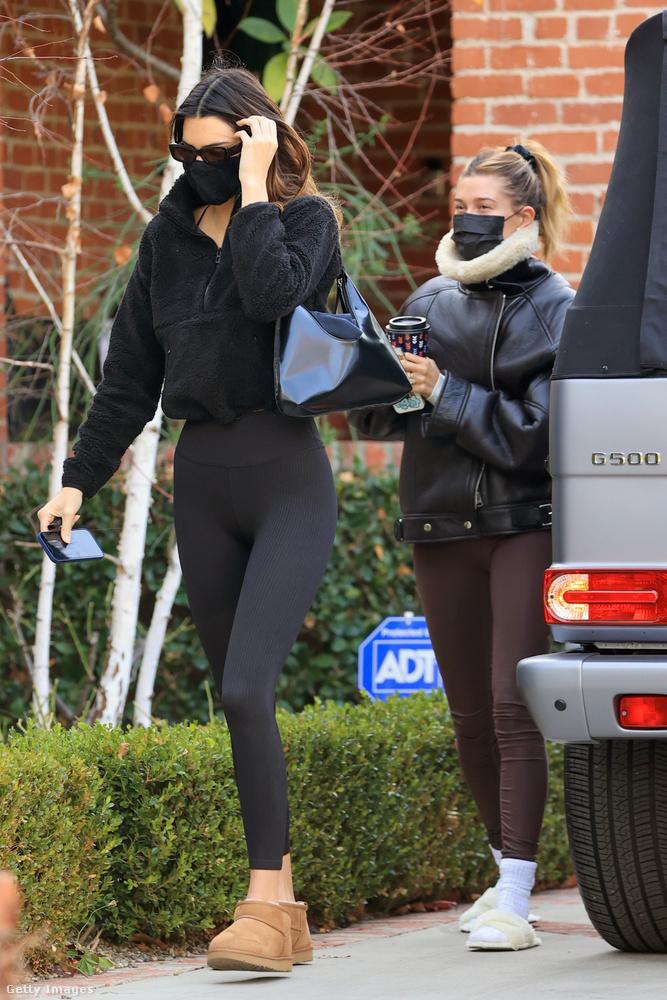 Amit egy harmadik alkalommal (vagyis itt) Jenneren látnak, az már az a fajta szabadidős viselet, amelyet Kim nevű nővére SKIMS márkája forgalmaz: a célközönség azok a nők, akik nem érzik magukat elég kívánatosnak melegítőben.