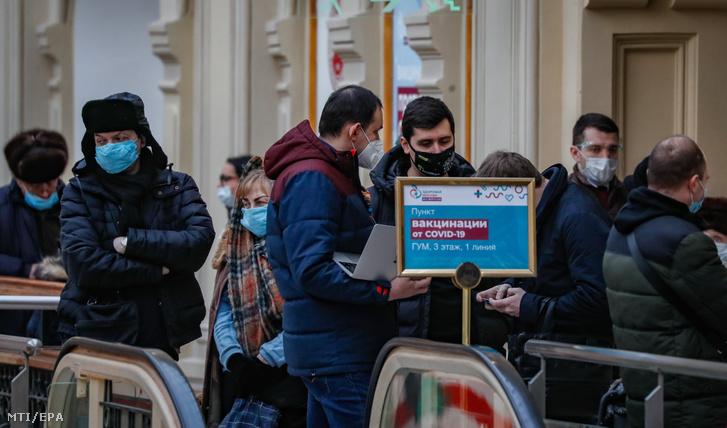 Az új koronavírus elleni oltásra várnak az emberek a moszkvai GUM áruházban létesített oltóközpont előtt 2021. január 19-én. Az oltásokhoz jelenleg az orosz fejlesztésű Szputnyik V vakcinát alkalmazzák Oroszországban