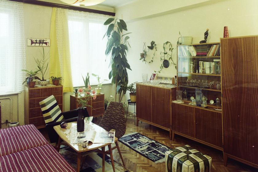 Varia szekrénysor, a dohányzóasztalhoz betolva Erika szék, 1979.