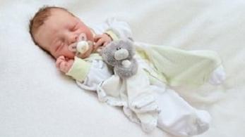 Beindult a szülés, rendőrök vitték kórházba a kismamát